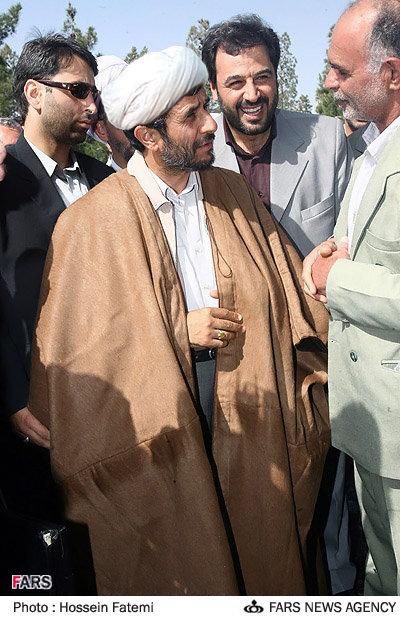 احمدی نژاد در لباس روحانیت